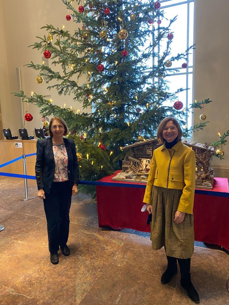 Margit Wild und Annette Karl wünschen frohe Weihnachten
